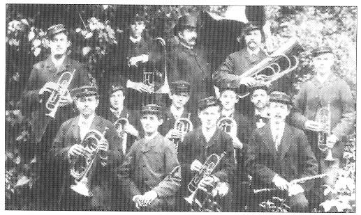 Det ældste kendte billede af URANIA. De to med klarinetter i forreste række er Carl Rehermann (mangeårig leder af orkestret) og Theodor Lennartz (dirigent).